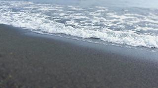 砂浜に押し寄せる波/ティルト・シフト