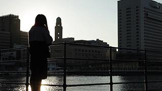 港に佇む女性