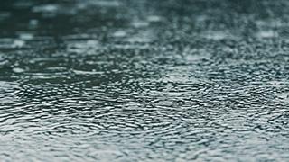 水たまりに降る雨