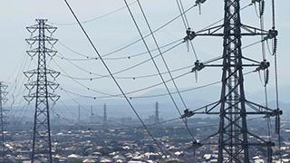 送電鉄塔と街(神奈川県茅ヶ崎市)
