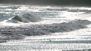 砂浜に押し寄せる波