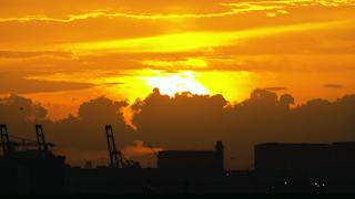 海沿いの工場と夕陽